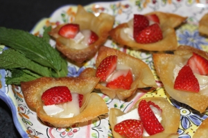 Appetizer Baked Brie and Strawberries